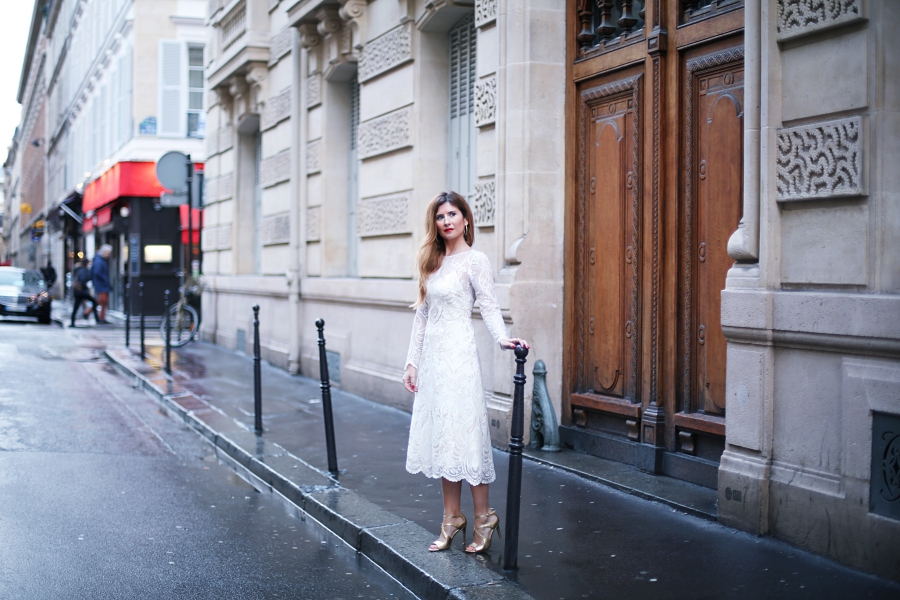 a_trendy_life-lace_dress-paris_fashion_week-pfw-street_style-vestido_de_boda-novias_de_corto-sandalias_doradas-look_con_vestido_de_fiesta