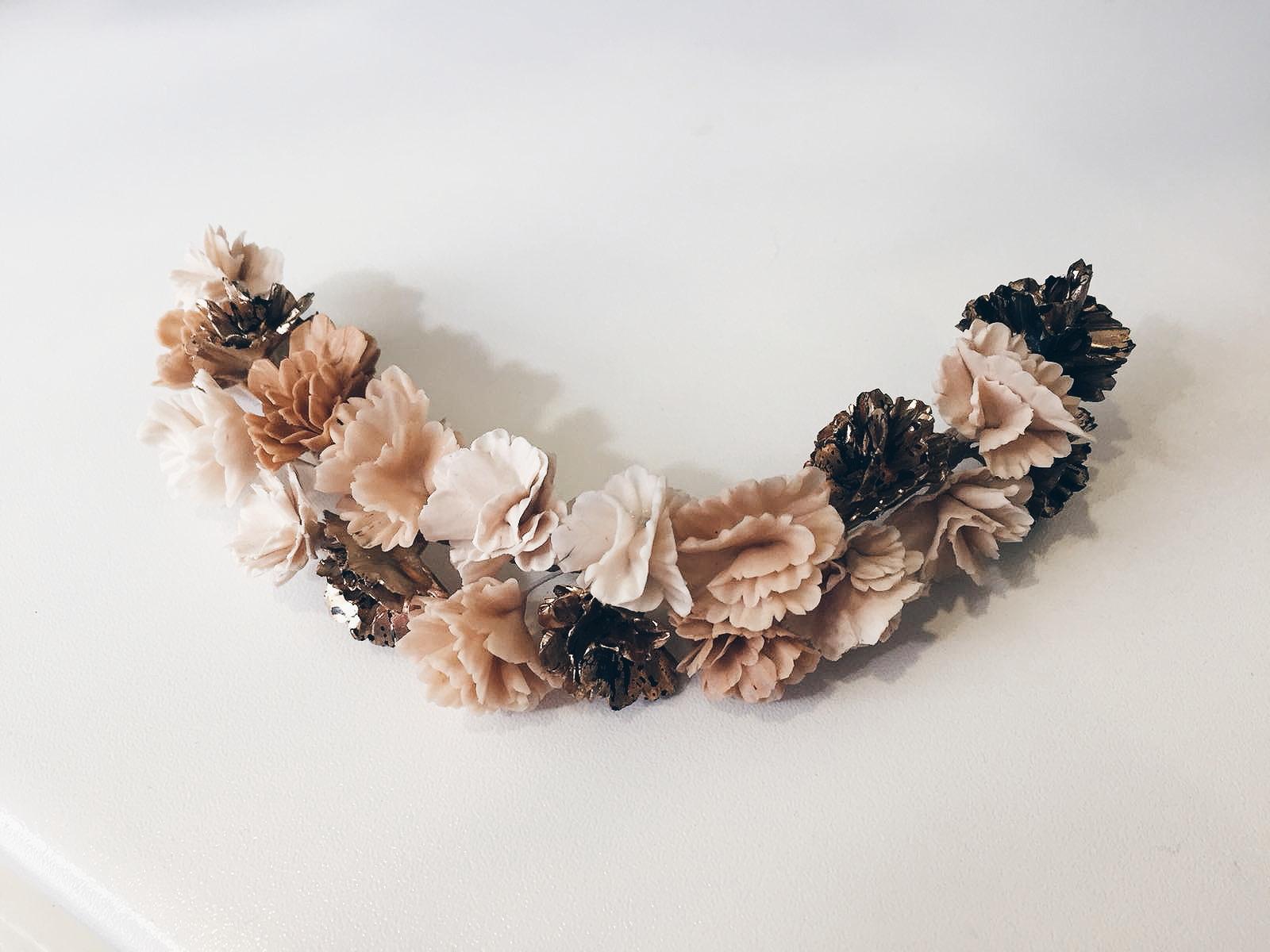 Semicorona porcellana flors (elaborada a mà)