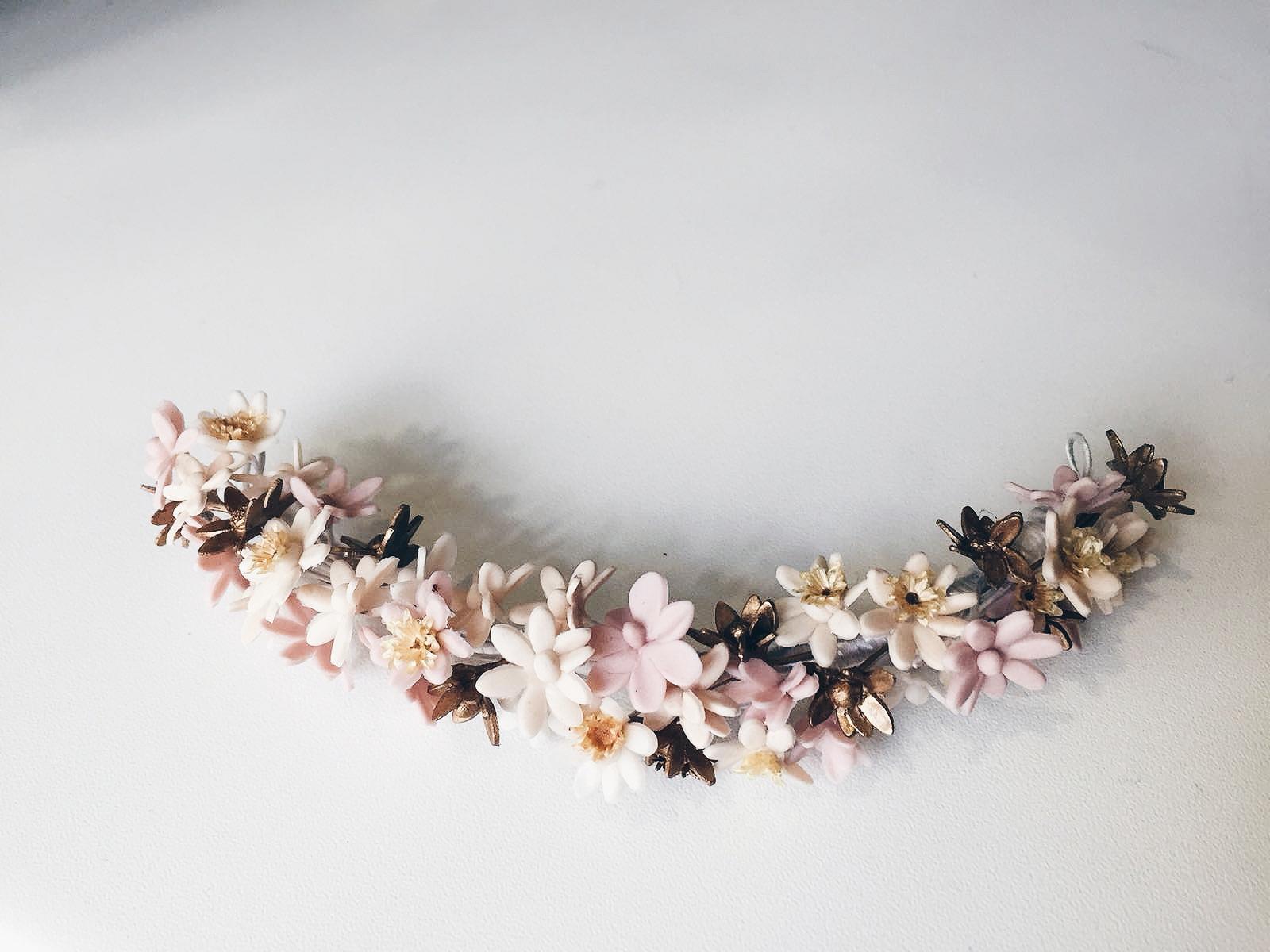 Semicorona porcelana flores artesanales