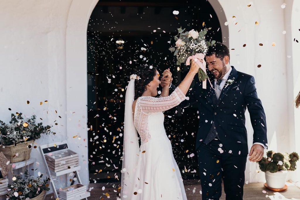 Raquel y Juanjo a la salida de la Iglesia en su boda en Ibiza