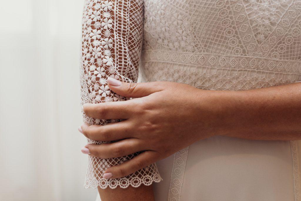 Detalles del vestido L'AVETIS de Raquel en su boda en Ibiza