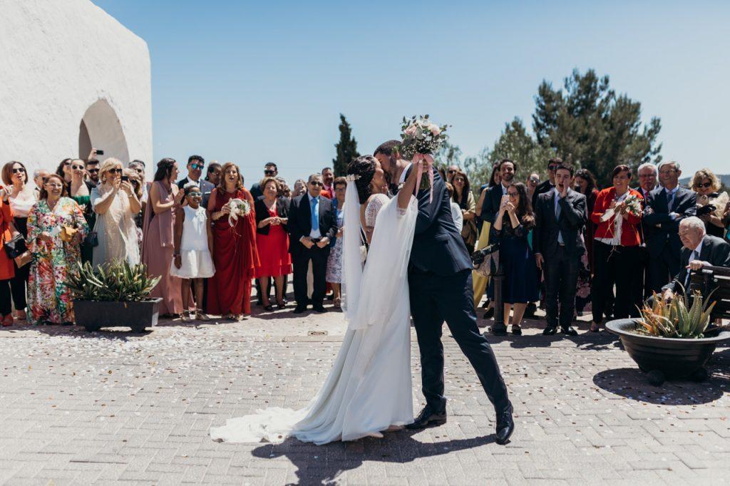 Beso de Raquel y Juanjo a la salida de la Iglesia de Ibiza en su boda